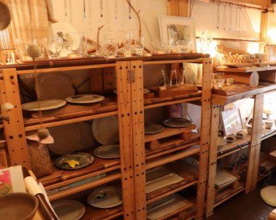 高槻市・福寿舎2階のガラス雑貨や陶器の器が並ぶ「いえみせKocoro」へ。